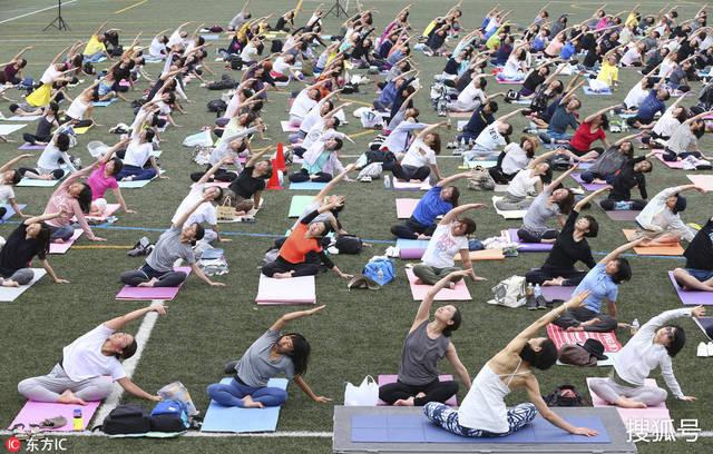 為慶祝國際瑜伽日,日本,印度,尼泊爾等國民眾共同參加集體瑜伽,人山圖片