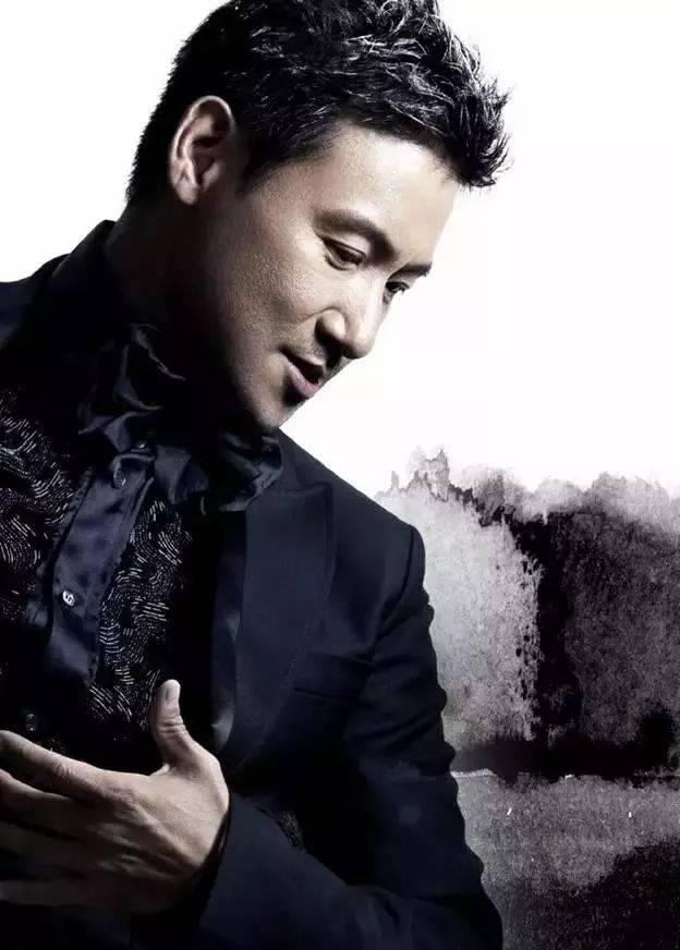 姚若龙所写的歌词一贯带有细腻温婉的创作特质,他最擅长写温暖细腻的图片
