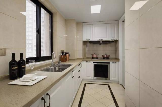 厨房地面所采用的仿古砖,实木厨具门板都非常讲究.图片