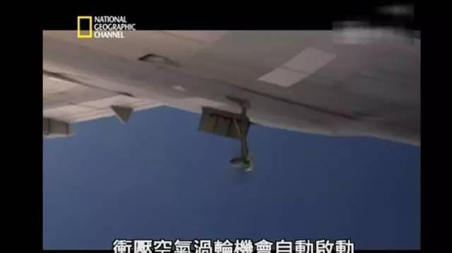 飞机冲压空气涡轮机自动启动,为飞机系统提供电力.图片