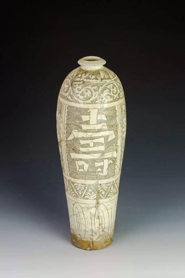 鲁山段店窑的白釉划花纹饰最典型的是以篦划而造就的波浪纹装饰,常见