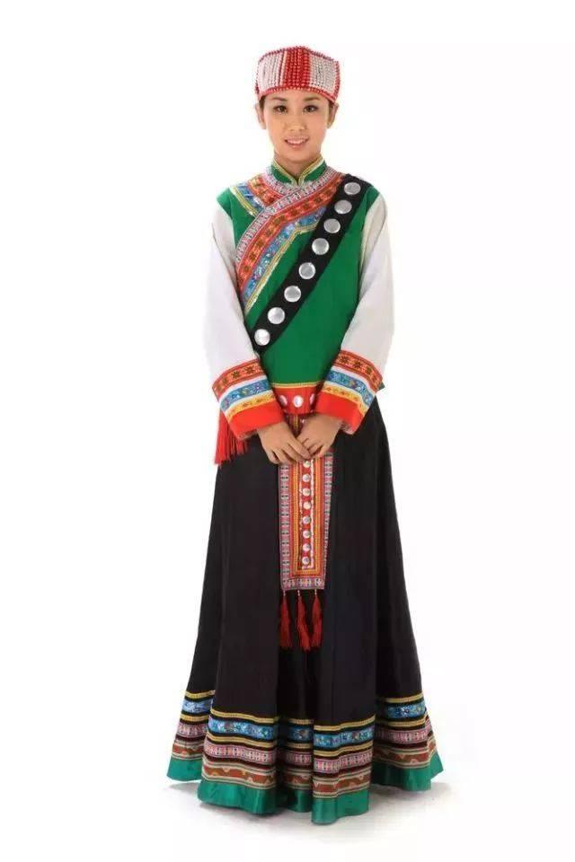 傣族有水傣,旱傣,花腰傣等多种分支,各自的服饰均有不同,以水傣服装