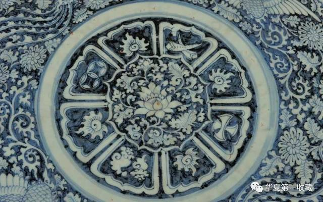 伊朗国家博物馆藏有一只元青花凤凰穿花纹菱口盘, 此盘高10厘米,口径