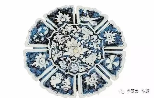 伊朗国家博物馆藏有一只元青花凤凰穿花纹菱口盘, 此盘高10厘米,口