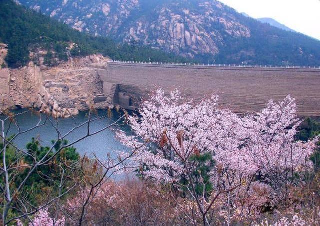 著名旅游景点有:太清宫,崂山风景名胜区,青岛海滨风景区,青岛茶山风景
