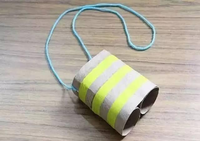 本文导读 家里的各种用完的东西都可以废物利用起来制作更有价值的东西,像是各种瓶瓶罐罐就可以来制作笔筒之类的手工,卫生纸筒是使用率非常高的一种手工制作材料了,我们下面就用卫生纸筒来制作儿童玩具,这样的彩虹望远镜是不是很漂亮呢? 小莉老师带你和孩子一起,唱儿歌、做手工。每天30分钟,既体验了语言的魅力,又增加了与孩子之间的交流,快一起来吧。 作者 丨小莉老师 本文由《幼儿园手工》编辑,转载须注明来源! 我们先听一首儿歌,和宝宝一起来唱。 纸筒迷彩望远镜 想看到很远很远的地方吗?做个望远镜吧 ^ ^