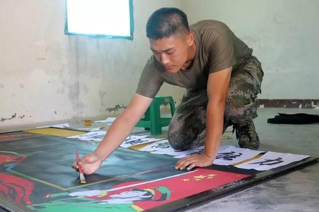 在海训场,驻训部队充分发挥黑板报的宣传导向作用,组织官兵进行濒海