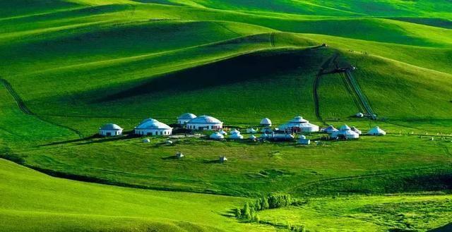 """乌拉盖草原因乌拉盖河得名,是世界上保存最完好的天然草原之一,有"""""""