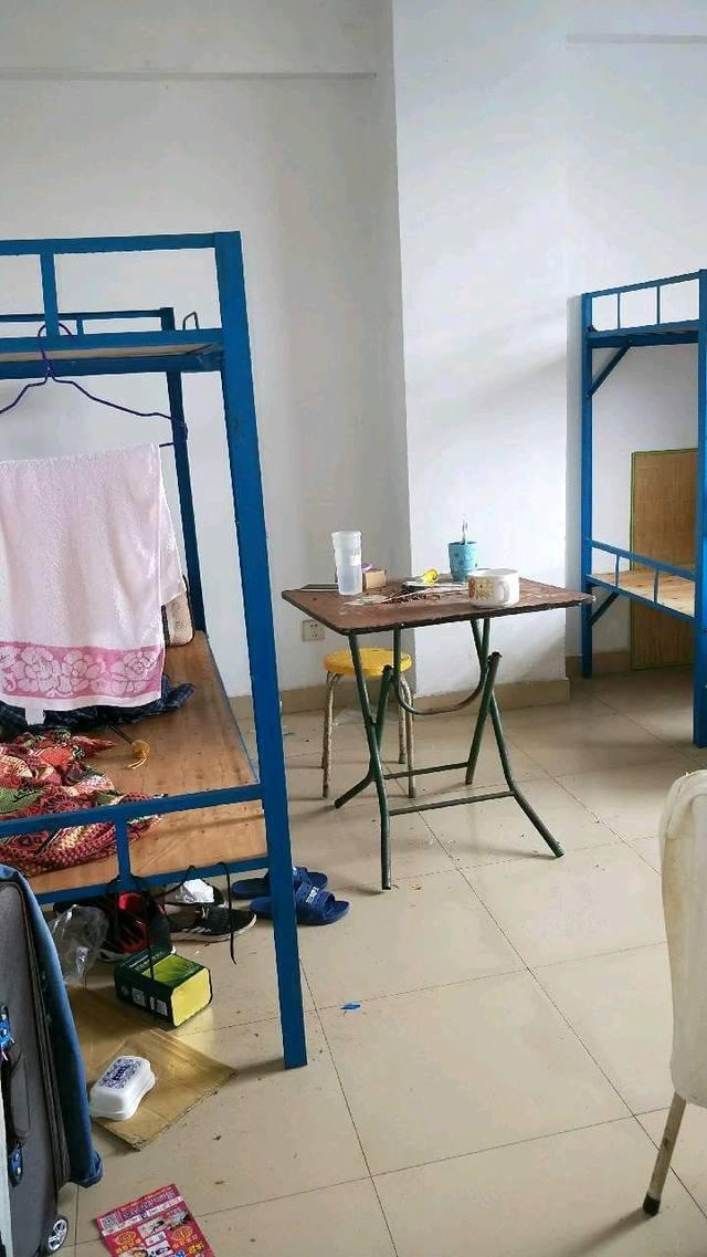 深圳龙华富士康云久鸿派遣公司的宿舍,每月要150元住宿费.