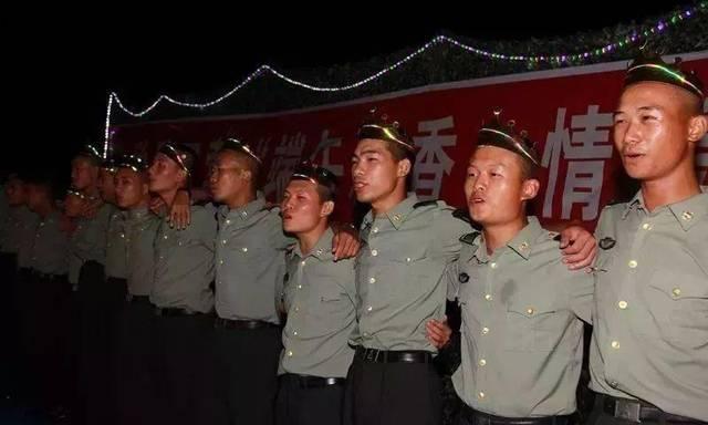 6月份过生日的战友齐唱生日歌.