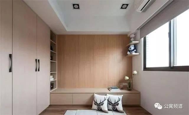 主卧利用长方形的布局,设计4米的入墙式衣柜和简易书桌,书桌上方的图片