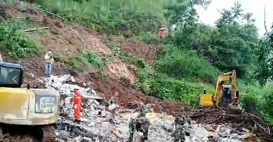 广西百色凌云被埋一家6口已找到5具尸体.