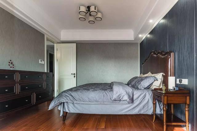 150㎡美式,客厅深蓝色的皮沙发,好高档!图片