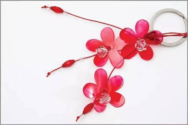 画出小花的形状并剪好 塑料花发饰的制作方法,利用从塑料瓶等废弃物