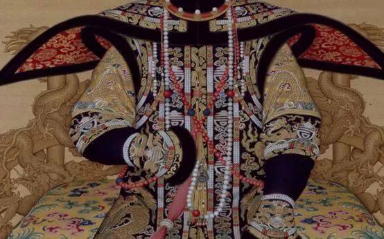 清代皇后着穿朝服时,要身挂三盘朝珠,中挂东珠朝珠,两肩分别斜跨珊瑚图片