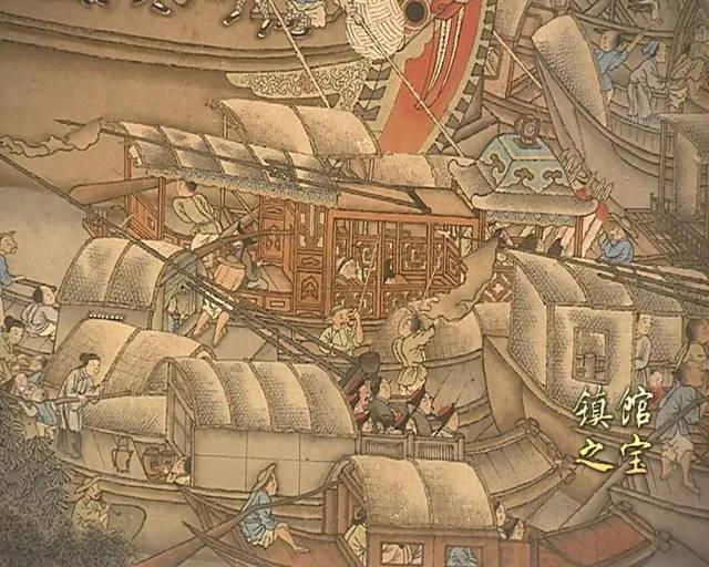 最引人瞩目的当属画左桥拱下露出船头的皇帝龙舟,罗伞高悬,龙幡飘扬