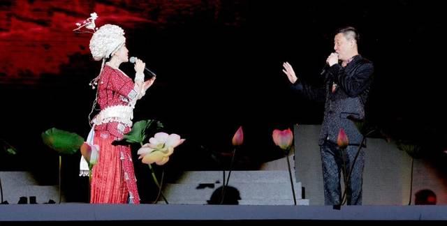 韩磊,阿娜丹同台合唱《不忘初心》
