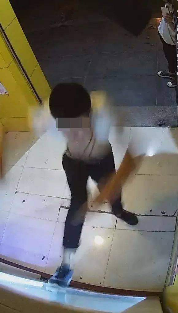 监控曝光!西安5名中学生打砸成人用品店,用情趣白色挑逗情趣护士丝袜玩具吊带制服女孩诱惑图片
