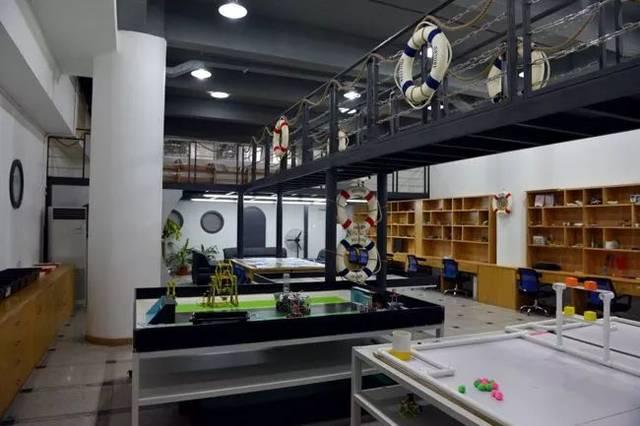 位于综合楼一楼东侧,是王鹏特级教师版画工作室,广东省黄丽莎版画图片