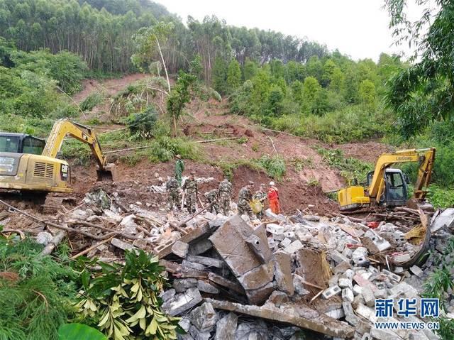 6月24日,广西凌云县玉洪瑶族乡乐凤村林瓦屯出现山体滑坡,救援人员在