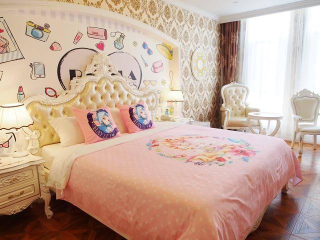 色彩柔和粉嫩的手绘图,漂浮的气球,明亮的灯光,让每个住进这里的女孩