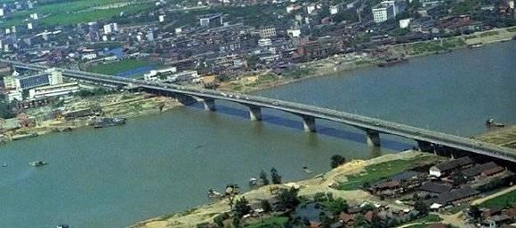 奉浦大桥是黄浦江上第一座大跨度预应力混凝土连续梁桥,全长2201.