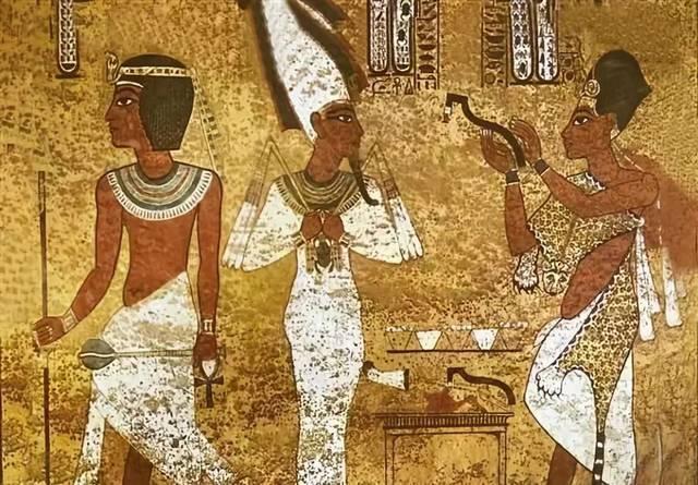 而在古埃及,艺术家们会在墙壁雕刻各式花纹,多为记录居所主人的生平