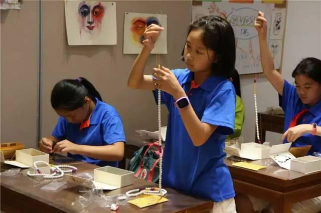 同时,我们让孩子参与主题手工制作,由故宫的老师来教授指导.
