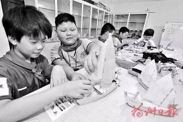 学生们手工制作船模.