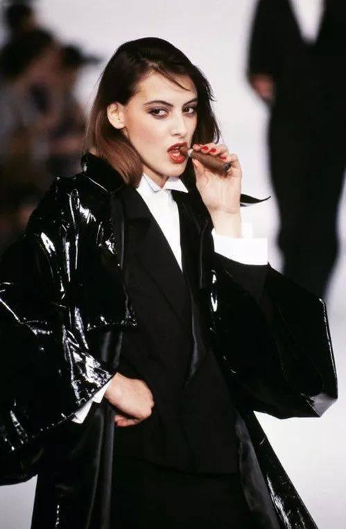 她是香奈儿首位专属模特,力压法国第一夫人,成为当之无愧的巴黎女神