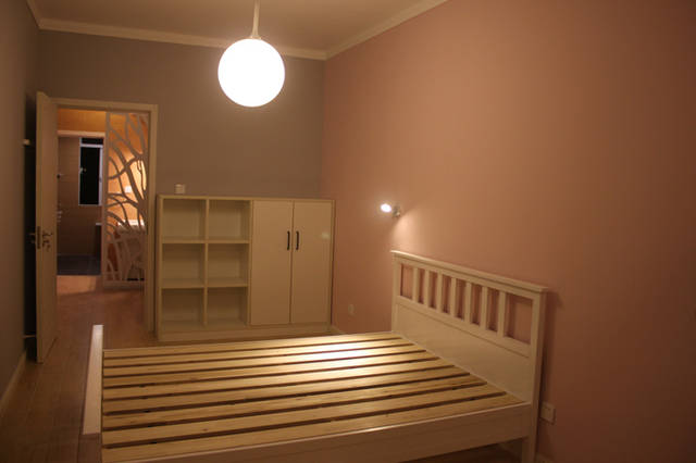 三面浅工具墙,一面灰床头粉色背景墙,壁灯安了个灰色,方便女儿入睡前v工具床头BBQ图片