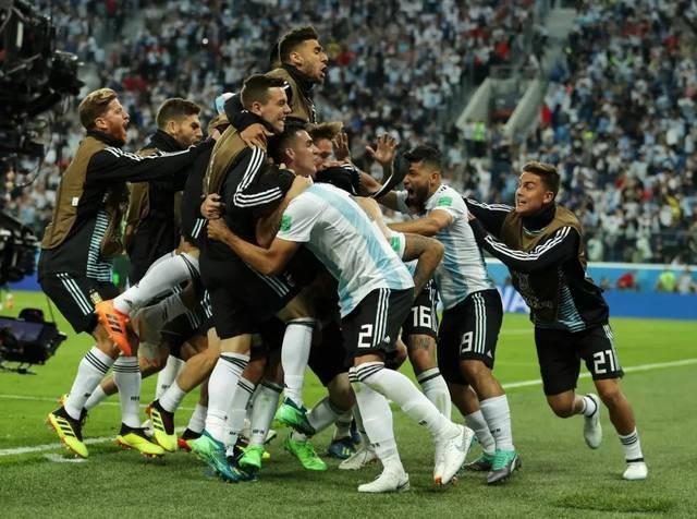 阿根廷的首發陣容平均年齡高達30歲189天,創造了球隊世界杯參賽史的圖片