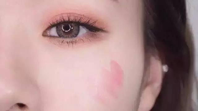 和腮红膏的使用方法类似 用手指蘸取一点口红 然后在指尖晕染开 用指