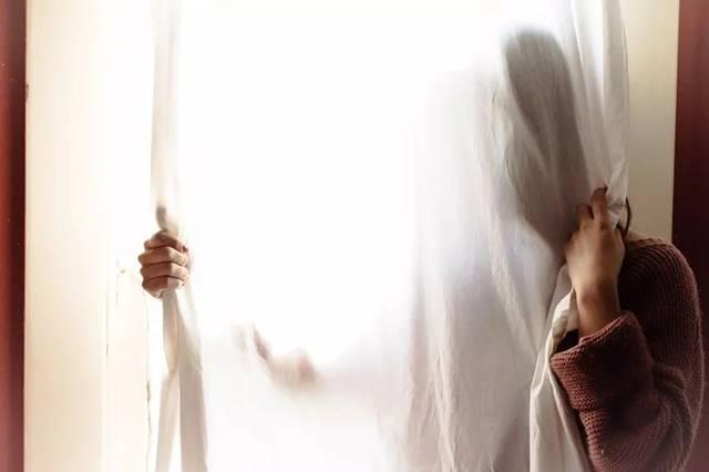 丝袜强奸捆绑_女子刚打开门,他就冲进来把女子捆绑起来,并实施了强奸.
