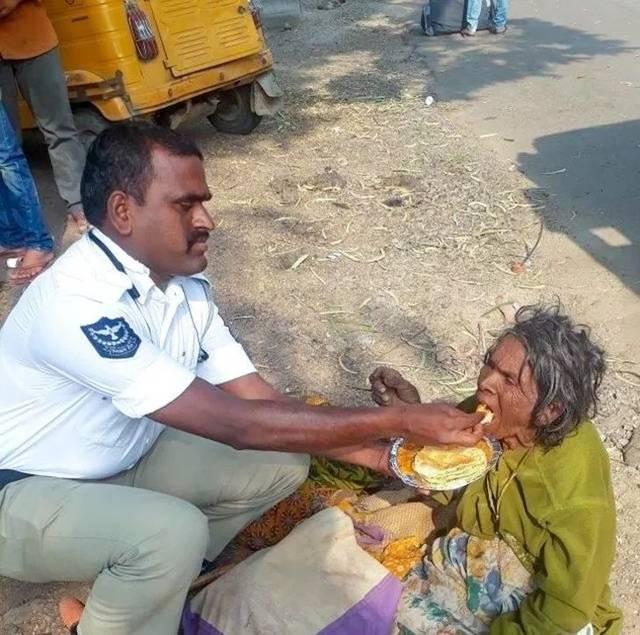 太虚弱没办法自己进食,这个印度的警察,耐心地喂这个流浪妇女进食.