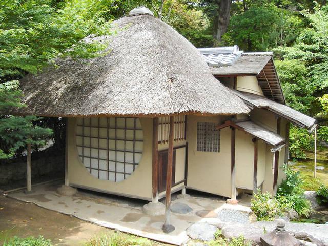 人字屋顶的两侧一般固然对称,但也有独具匠心者,其中一侧只延伸到另图片