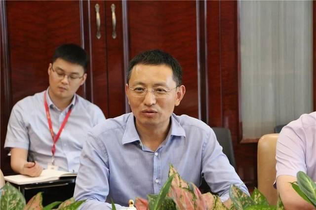 仪式上,中国二维码认证中心执行主任张超,三盛宏业集团总裁王巍代表