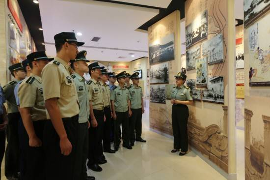 (李大伟 梅常伟 杨雅雯) 国防大学政治学院副教授张蕾蕾(右一)在展馆