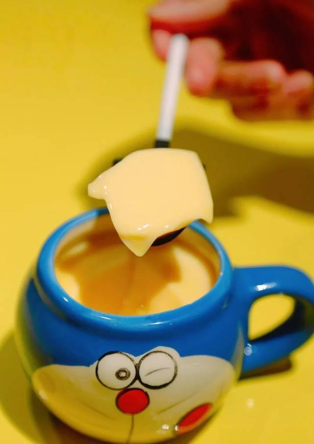 用可爱小杯子盛着的布丁,软萌软萌的,还配了小铲子,小朋友们一定会图片