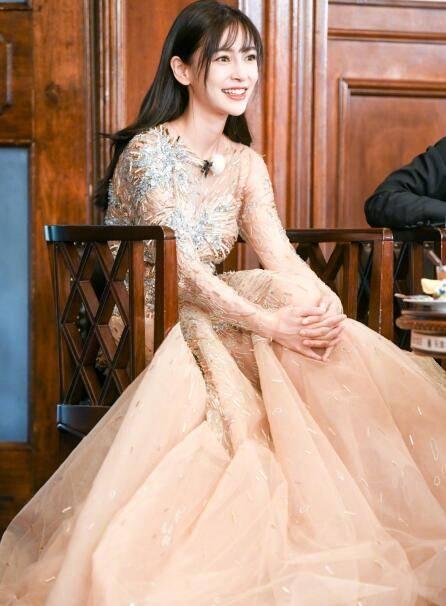 angelababy长裙气质优雅 齐刘海微微一笑甜美可爱图片