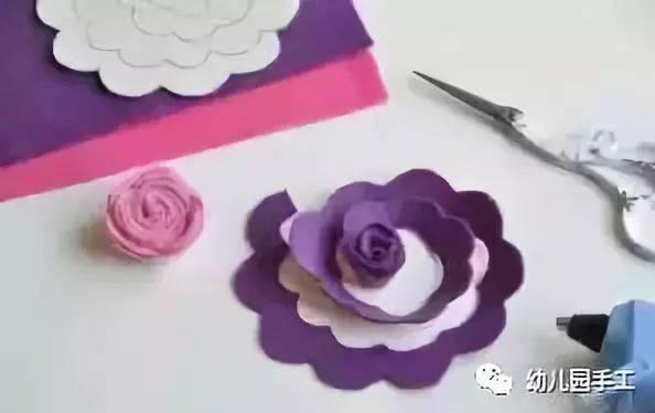 制作粉色花瓣和蓝色花芯的小花,先剪出30×4cm的粉色长条,并将其剪出