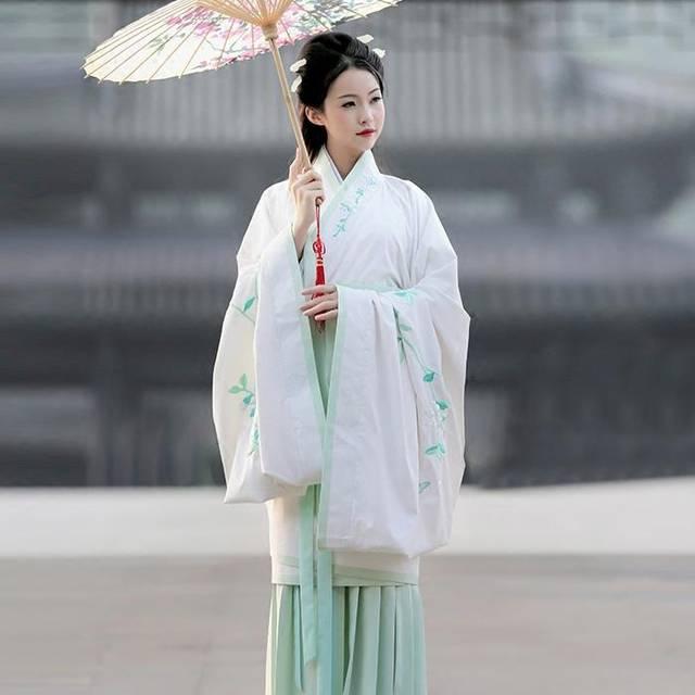 现代人文学者建议将深衣作为中华地区的汉服来推广,作为汉族文化的图片