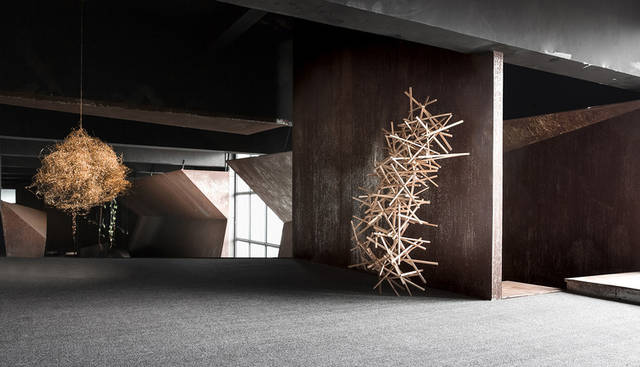 """老厂房改造建筑办公室,斑驳锈蚀的造型设计赋予空间""""重生""""图片"""