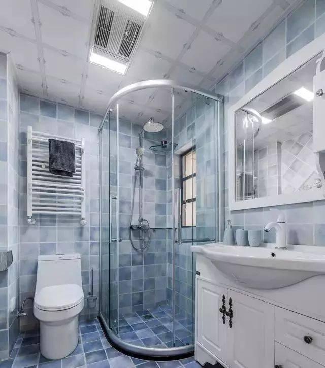 金属拉环的设计就很美式了,通过玻璃将洗澡空间与外面空间隔开,充分图片