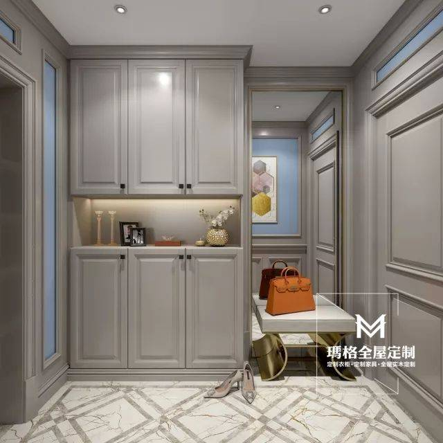 入户玄关设计一笔到顶的鞋柜,中间镂空部分,适合业主与客人进出门时