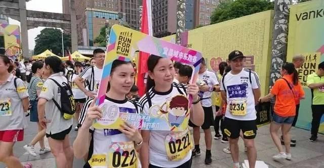 """""""我爱宜昌""""拍照墙……跑者们纷纷挑选自己喜爱的场景,臂贴,手举牌拍照图片"""