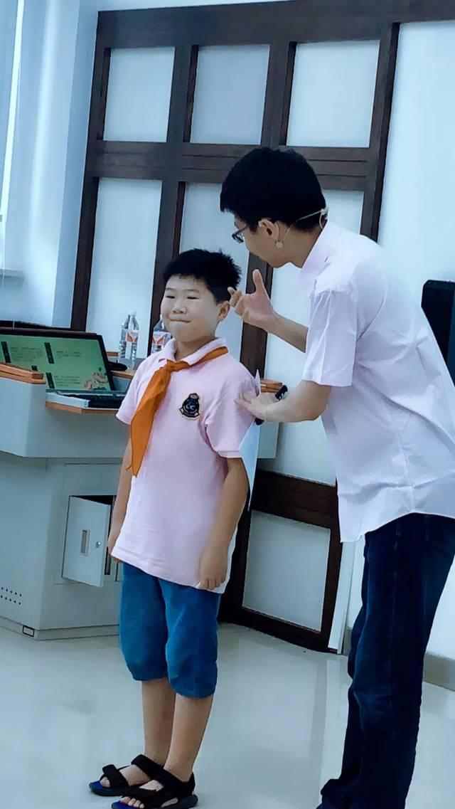 学生操老师视频_弓剑老师正在教学生们口部操练习