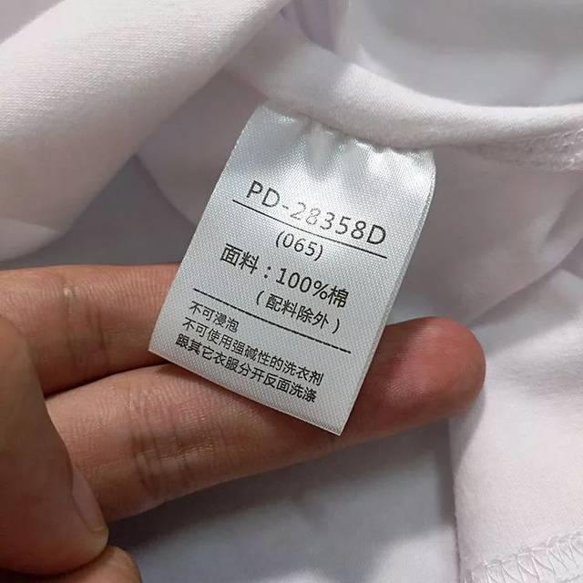 也就是一件无领上衣, 而领口的位置会有 2,3 颗纽扣的半开襟设计!