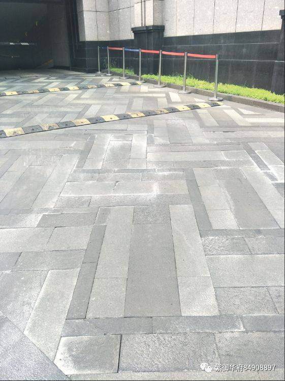园区甬路及车库出入口地面石材维修通知图片
