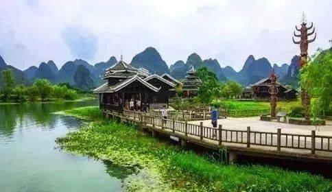 《桃花源记》中描绘的意境,结合当地的田园山水风光所建的民俗风景